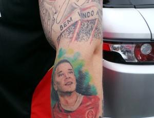 Braço de Felitti com as tatuagens do Inter (Foto: Divulgação / Inter)