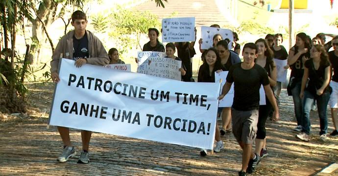 Protesto vôlei feminino Campinas (Foto: Carlos Velardi/ EPTV)
