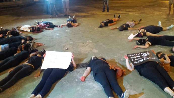 Mulheres protestam contra a contratação do goleiro Bruno Fernandes pelo Boa Esporte (Foto: Bruno Giufrida)