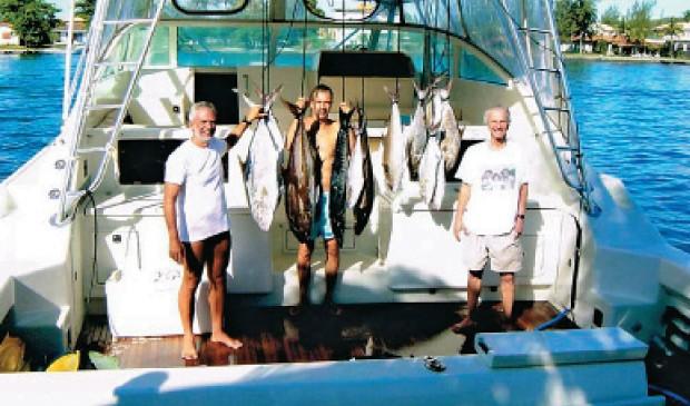 NO BARCO Marcel Telles, Beto Sicupira e Jorge Paulo Lemann durante  uma pescaria. O temperamento dos três se complementa nos negócios e no esporte  (Foto: Arq. pessoal)