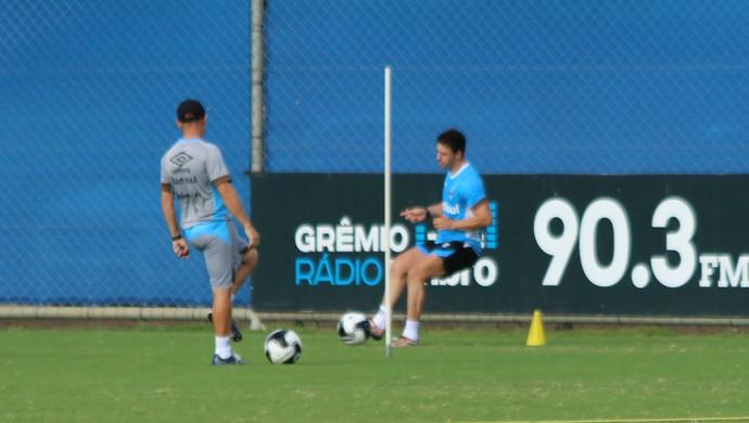 Giuliano meia em treino do Grêmio (Foto: Eduardo Deconto / GloboEsporte.com)