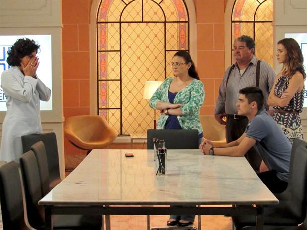 Adriana é pressionada por toda a família de Laura (Foto: Maria Clara Lima/ Gshow)