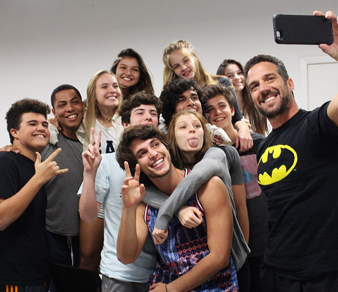 Olha a selfie! :) Turma capricha na pose depois da aula (Foto: Letícia Souza/Gshow)