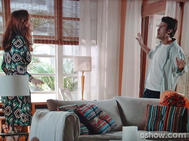Helena e Laerte se enfrentam na casa de Luiza (Foto: Em Família/ TV Globo)