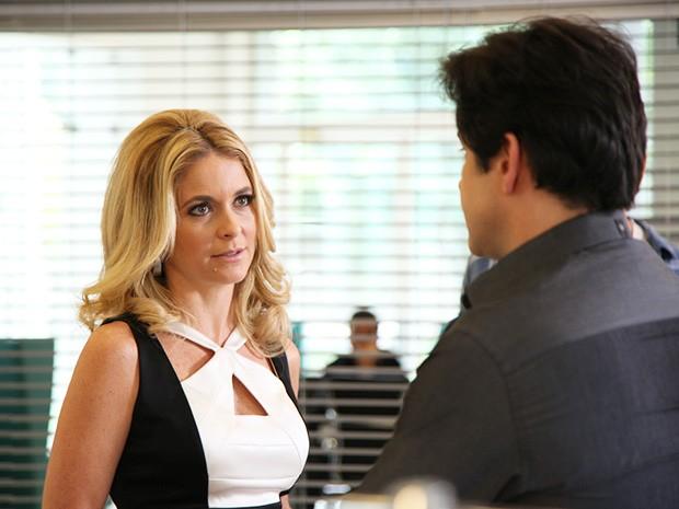 Jonas pede para reassumir a Marra, mas Pamela não permite (Foto: Carol Caminha/TV Globo)