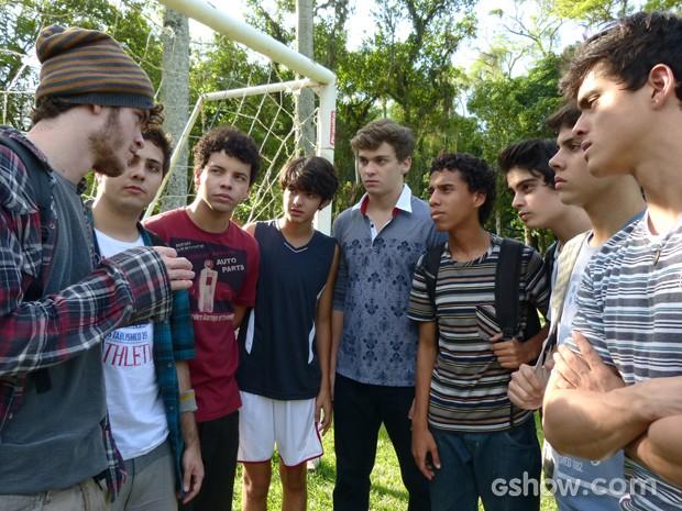 Meninos se reúnem para armar plano (Foto: Malhação / TV Globo)