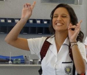 A morena fica toda animada ao rever amiga (Foto: Annelise Gomes/Gshow)