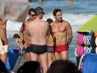 Quase cinquentão, Tuca Andrada mostra barriga sarada na praia