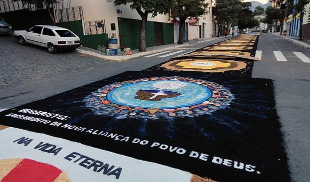 Pó de pneus, pó de pedra e pedras foram utilizados para confeccionar tapetes em Castelo, no ES (Foto: Hugo Casagrande Andrade/ Prefeitura de Castelo)