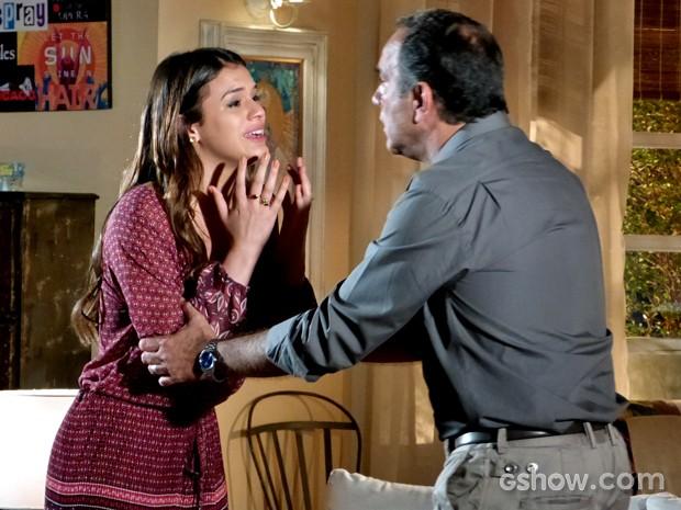 Luiza se desespera com tentativa de Virgílio de 'acordá-la' (Foto: Em Família / TV Globo)