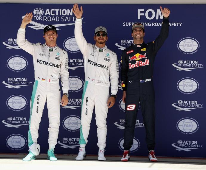 Lewis Hamilton, entre Nico Rosberg e Daniel Ricciardo, após treino classificatório para GP dos EUA (Foto: AFP)