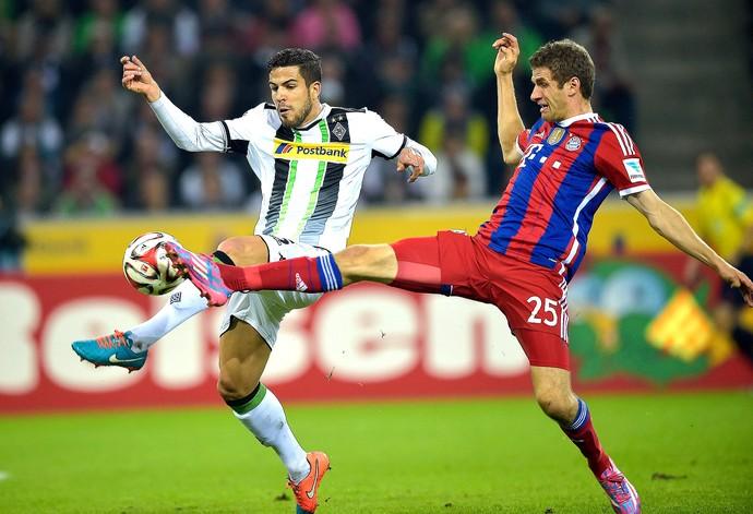 Alvaro Dominguez e Thomas Muller, Borussia Mönchengladbach x Bayern de Munique (Foto: AP)