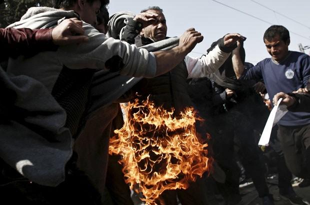 Migrante foi hospitalizado na Grécia após atear fogo ao próprio corpo (Foto: Kostas Tsironis/Reuters)