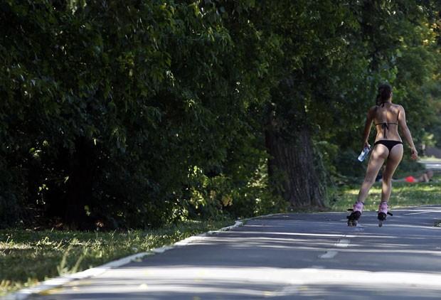 Jovem de fio-dental chamou atenção ao andar de patins perto do lago Ada Ciganlija (Foto: Darko Vojinovic/AP)