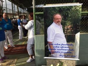 """Na porta do ginásio onde Gilberto Arruda será velado há um banner com a mensagem """"não estou partindo, estou apenas dando continuidade a minha jornada. Rezem por mim"""" (Foto: Cristina Boeckel / G1)"""
