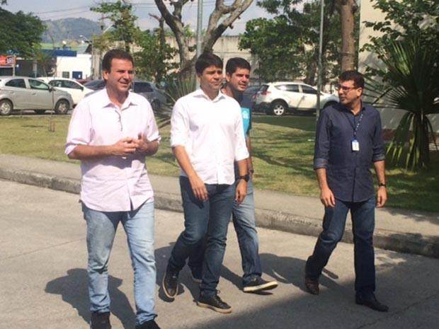 Prefeito visitou unidade hospitalar de atendimento à mulher na Zona Oeste do Rio na manhã deste domingo (8). (Foto: Matheus Rodrigues / G1)