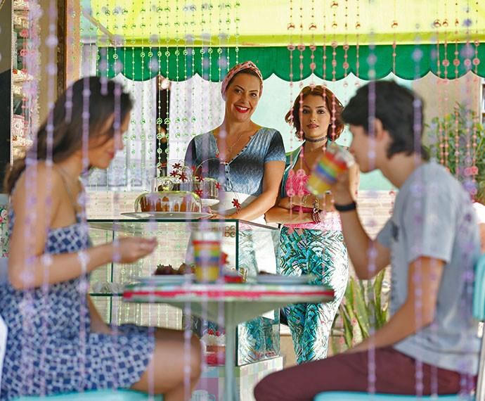De longe, Paulucha e Natasha observam Mari e Joaquim (Foto: Ellen Soares/Gshow)
