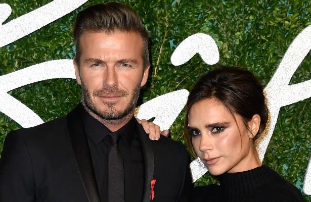 """David e Victoria Beckham estão casados há mais de 15 anos e, se existe alguém que não liga para o fato de ela quase nunca sorrir, esse alguém é o ex-jogador de futebol. Ele já falou o seguinte sobre a estilista e ex-Spice Girl: """"O principal é que ela é uma mãe incrível. É uma das coisas mais atraentes na Victoria, e em qualquer mulher"""". (Foto: Getty Images)"""