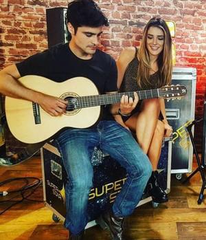 Guilherme Leicam mostra seu talento musical para Rafa Brites no SuperStar Web (Foto: Reprodução da Internet)