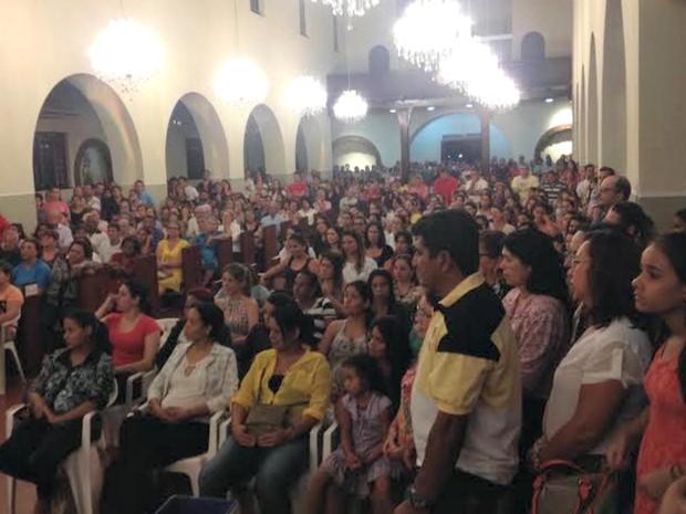 Fieis lotaram igreja na noite desta quinta-feira (14) (Foto: Graziela Rezende/G1 MS)