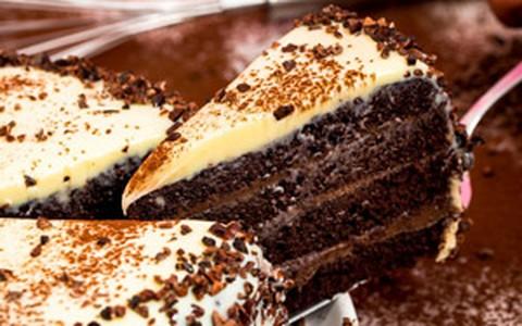 Torta gelada de chocolate com cobertura de chocolate branco