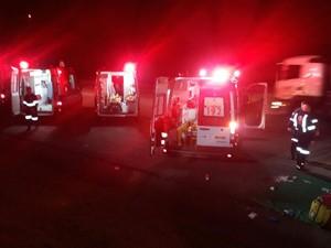 Vítimas foram levadas para hospitais do Vale do Paraíba (Foto: Edgar Rocha/TV Vanguarda)