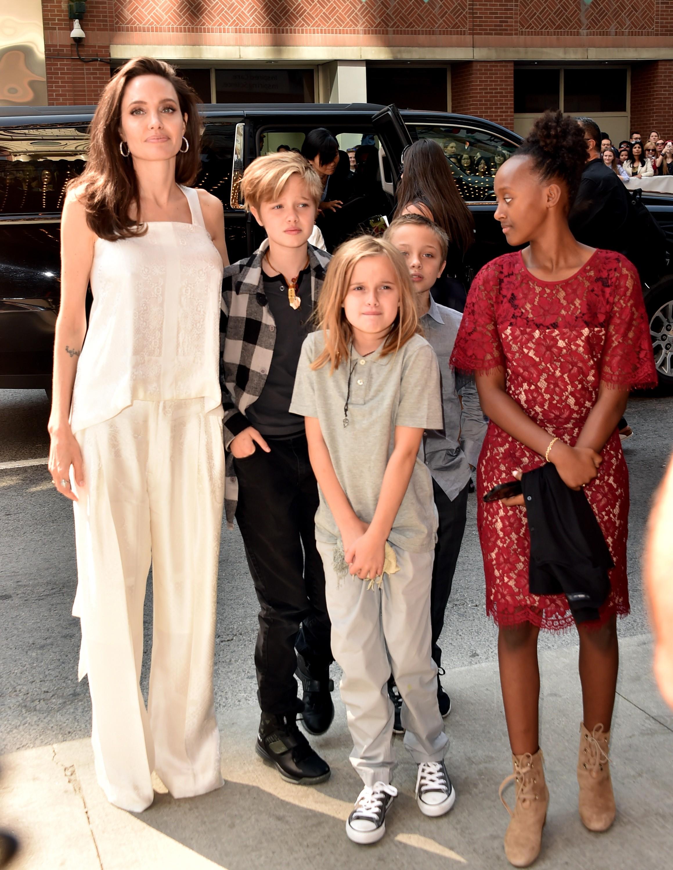 Angelina Jolie e os filhos Shiloh, Vivienne, Knox e Zahara (Foto: Alberto E. Rodriguez/Getty Images)