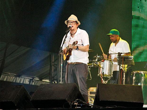 Fred Zero Quatro comanda a banda Mundo Livre S/A na festa da virada no Recife (Foto: Poullainn Neuve)