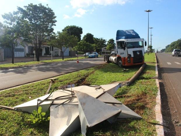 Carreta colidiu e derrubou poste de iluminação em Campo Grande (Foto: Glaucea Vaccari/G1 MS)