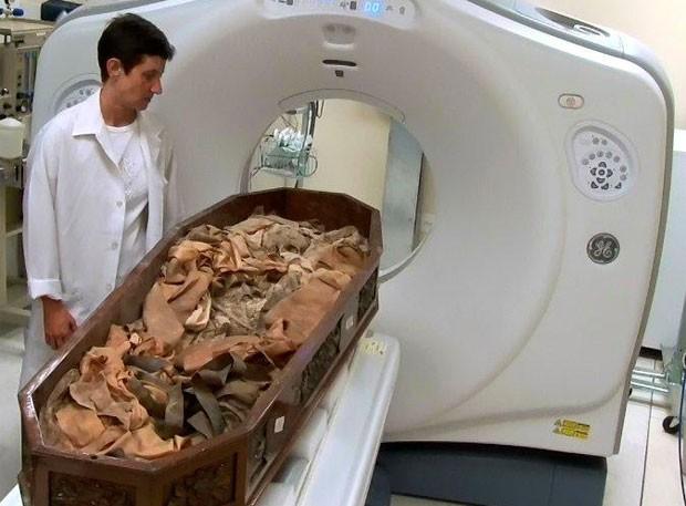 D. Leopoldina passa por tomografia (Foto: Divulgação/Valter Diogo Muniz)