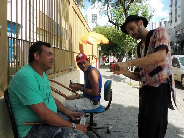 Wally faz mágicas com comerciantes em calçada de Boa Viagem, na Zona Sul do Recife (Foto: Marina Barbosa / G1)