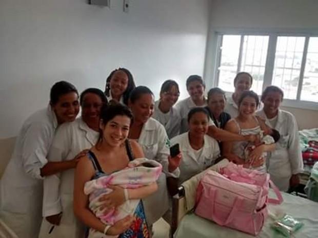 Nascimento dos primos no mesmo dia virou atração entre os funcionários da equipe médica do Hospital Regional de Ferraz  (Foto: Bianca Trajano/ arquivo pessoal)