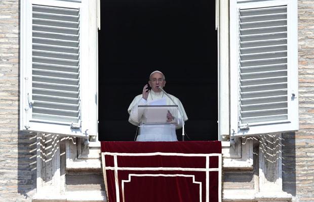 Papa Francisco fala durante o Angelus deste domingo (1º), na Praça de São Pedro (Foto: Tony Gentile/Reuters)