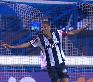Leonardo Silva comemora segundo do Atlético-MG marcado contra o Avaí (Foto: Reprodução/TVGLOBO)