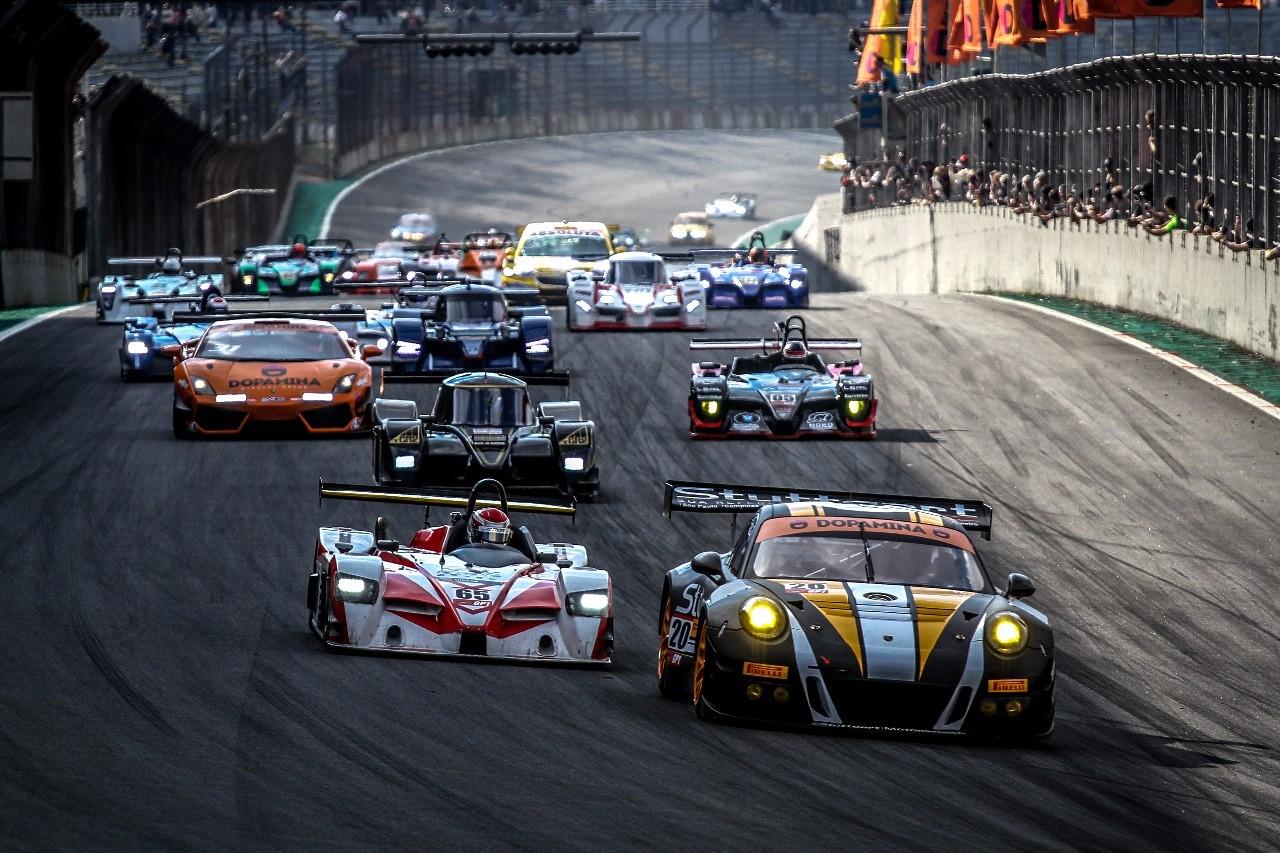 """Largada em Interlagos: o Porsche pula na frente no """"S"""" do Senna (Foto: Rodrigo Guimarães/Stuttgart Motorsport)"""