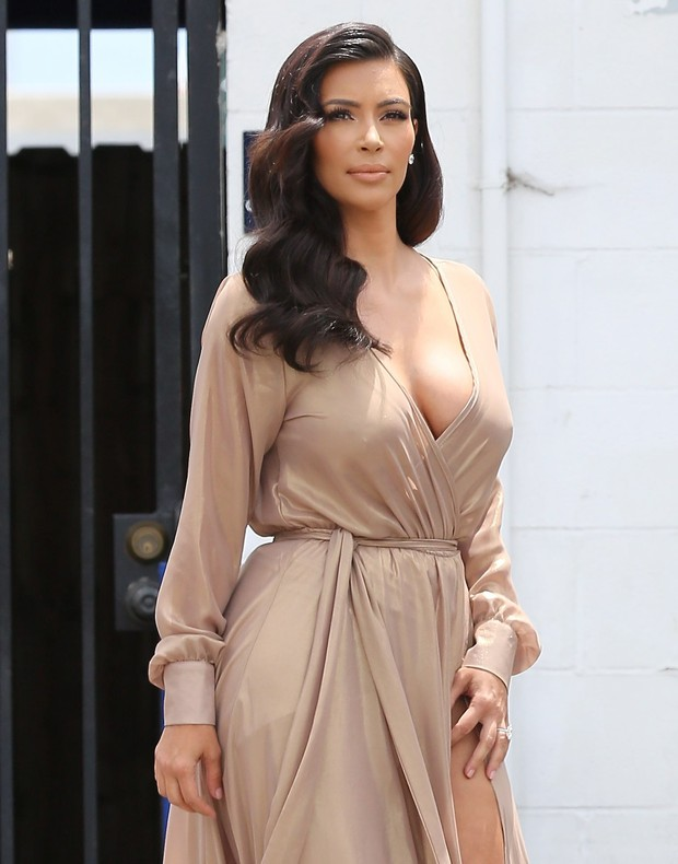Kim Kardashian usa look decotado (Foto: Jack-RS-Chris/X17online.com)