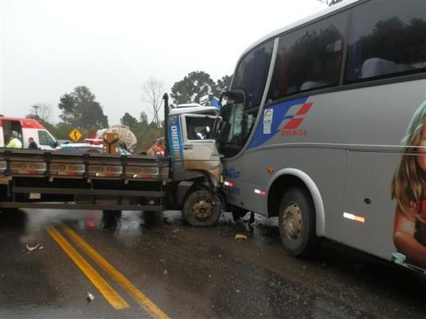 Acidente envolveu ônibus, caminhão e carreta no Oeste (Foto: Michel Teixeira/Rádio Catarinense)