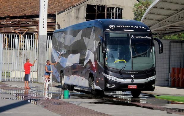 ônibus botafogo lavagem (Foto: Thales Soares)
