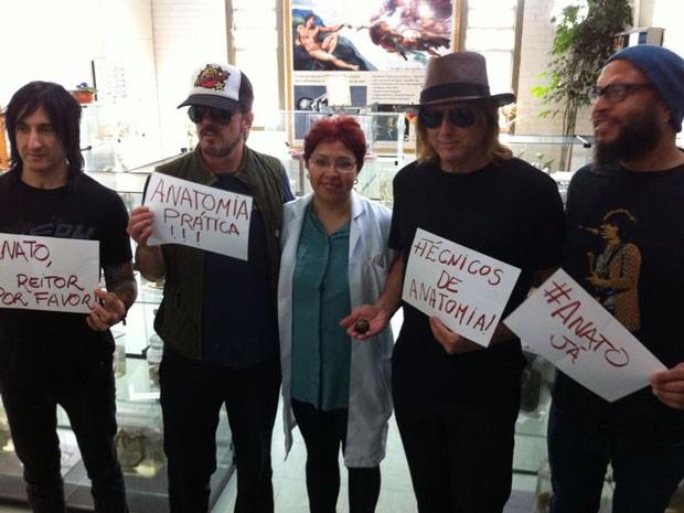 Integrantes da banda Guns N' Roses com professora no Museu de Anatomia Humana da Universidade de Brasília (Foto: Phellip de Carvalho/Arquivo pessoal)