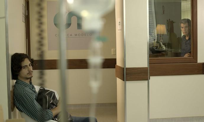 Haroldo flagra Nicolau em clínica oncológica (Foto: TV Globo)