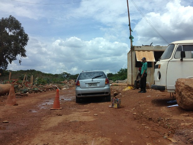 Lixão da Estrutural, no DF, com entrada de veículos bloqueada em novembro (Foto: Natalia Godoy/G1)