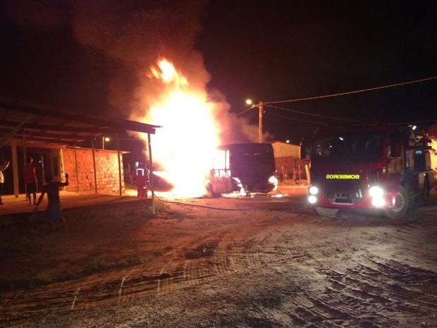 Ônibus foi completamente consumido pelas chamas no Altos do Turu (Foto: Divulgação/Polícia Militar)