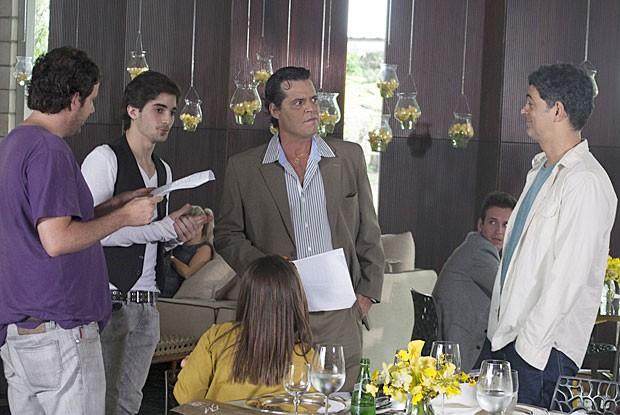 Fiuk passa texto com Felipe Camargo, Eduardo Moscovis e o diretor Allan Fiterman (Foto: TV Globo/Rafael Franca)