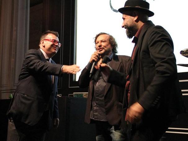 Walcyr Carrasco, Wolf Maya e Mauro Mendonça Filho mostram o clipe da novela (Foto: Miriam Paço/ TV Globo)