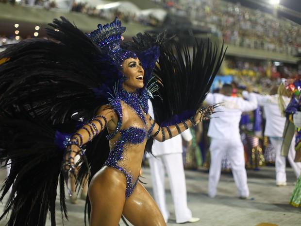 Rainha de bateria da Vila Isabel, Sabrina Sato despeja beleza no desfile das campeãs (Foto: Rodrigo Gorosito/G1)