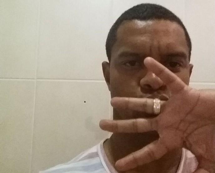 Bruno Rangel beija aliança Chapecoense (Foto: GloboEsporte.com)