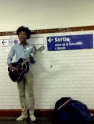 Clementine cantava no metrô de Paris (Foto: Reprodução / YouTube)