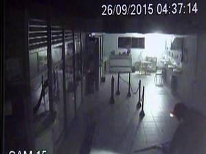 Criminoso aparece com metralhadora e lanterna na cabeça em lotérica (Foto: Reprodução/TV TEM)