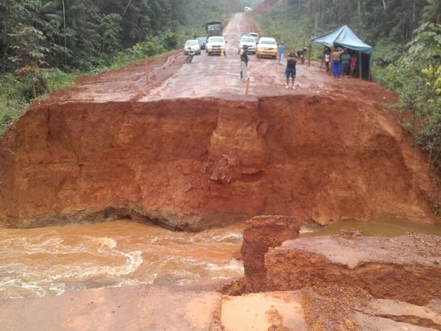 Abertura na pista isolou Oiapoque, no extremo norte do Amapá (Foto: PRF/Divulgação)