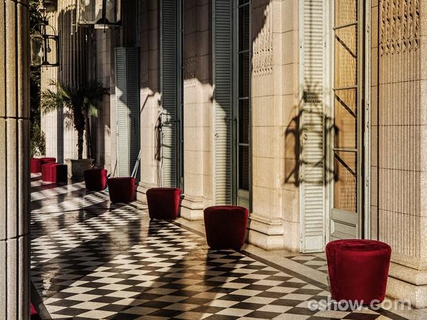 Até mesmo a varanda mantém o estilo luxuoso (Foto: Fábio Rocha / TV Globo)